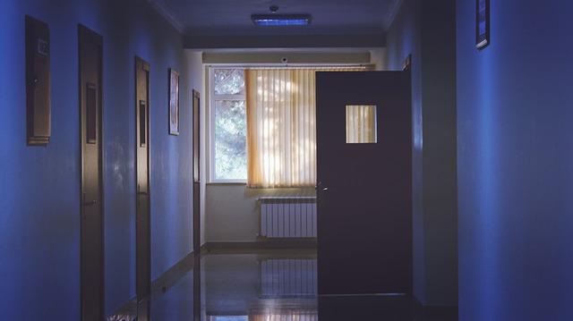 okno na chodbě
