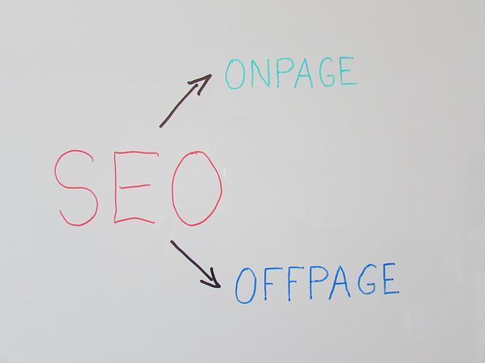 Nápisy SEO, ONPAGE a OFFPAGE napísané na bielej tabuli fixkami.jpg