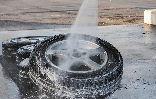 Na čierne pneumatiky strieka voda.jpg