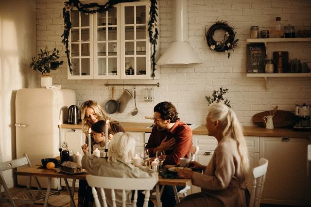 Rodina večeria spolu pri stole v kuchyni